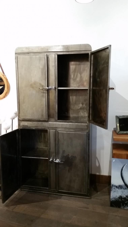 armoire vitr e en acier armoires et mobilier sur galerie. Black Bedroom Furniture Sets. Home Design Ideas
