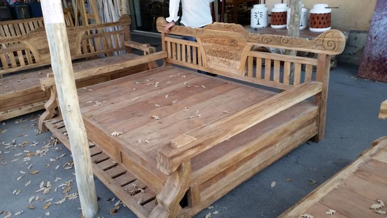 lit de terrasse indon sien en teck sculpt chaises fauteuils et bancs et fontaines jardin. Black Bedroom Furniture Sets. Home Design Ideas